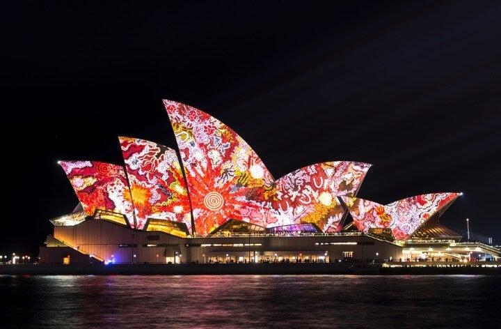 Opera House de Sídney iluminada con colores durante el Vivid Festival