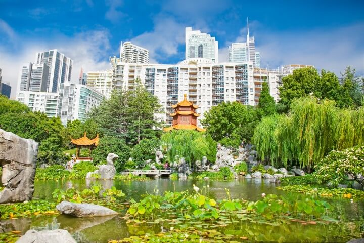 Jardines Chinos de la Amistad con fondo de edificios en Sídney