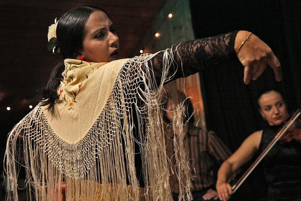 Mujer bailando flamenco