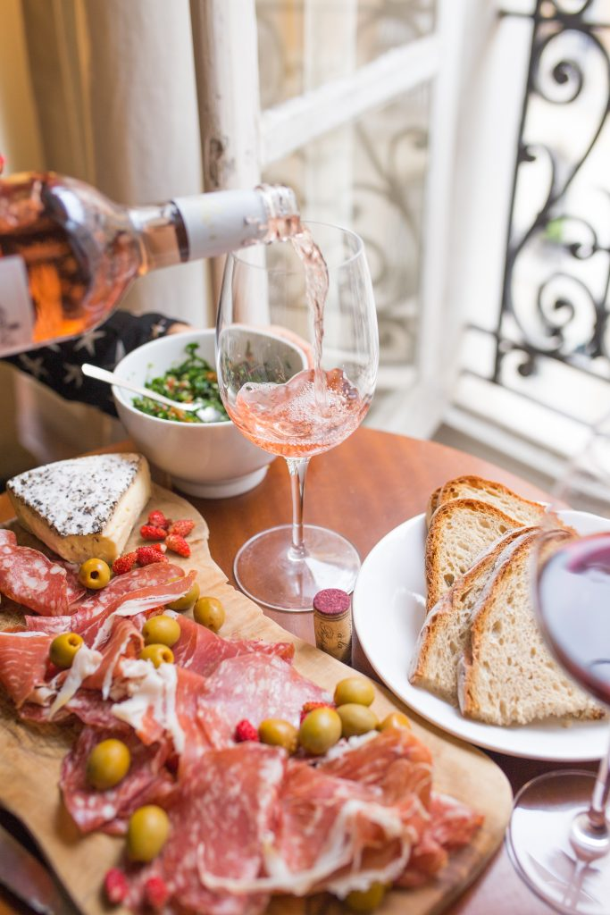 Brunch de copa de vino rosado, embutido y pan en París
