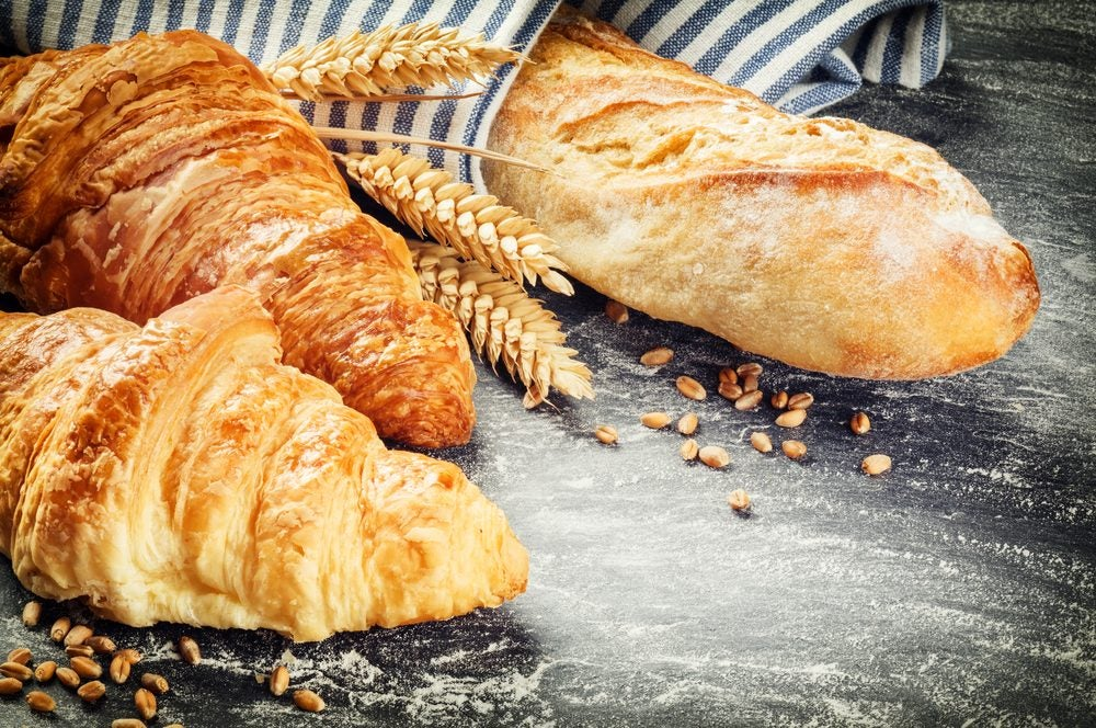 dos croissants y barra de pan en París