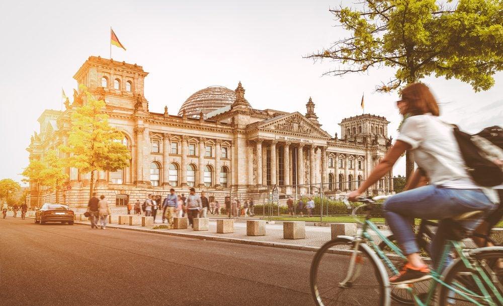 Berlín, mujer en bicicleta