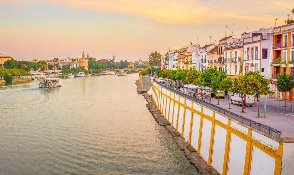Vista del Barrio de Triana desde el río Guadalquivir con la Torre del Oro de Sevilla la fondo