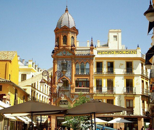 Calle central del barrio de Santa Cruz en Sevilla