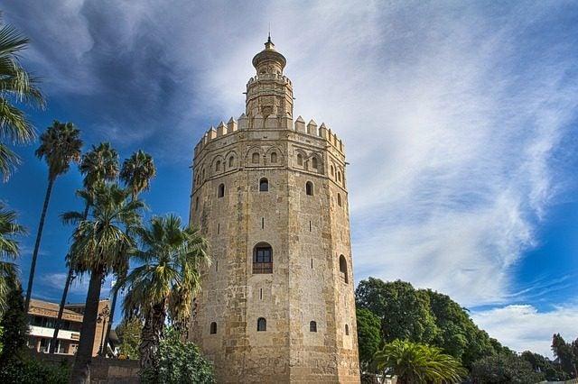 Torre del Oro, un monumento defensivo ala orilla del Guadalquivir, Sevilla