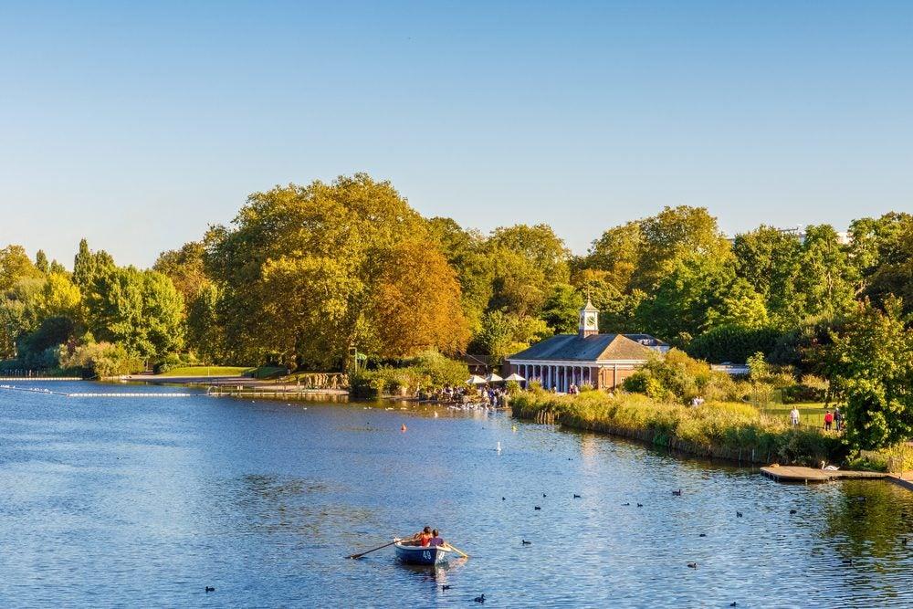 Lago con barca a remos en Hyde Park, un imprescindible que ver en Londres