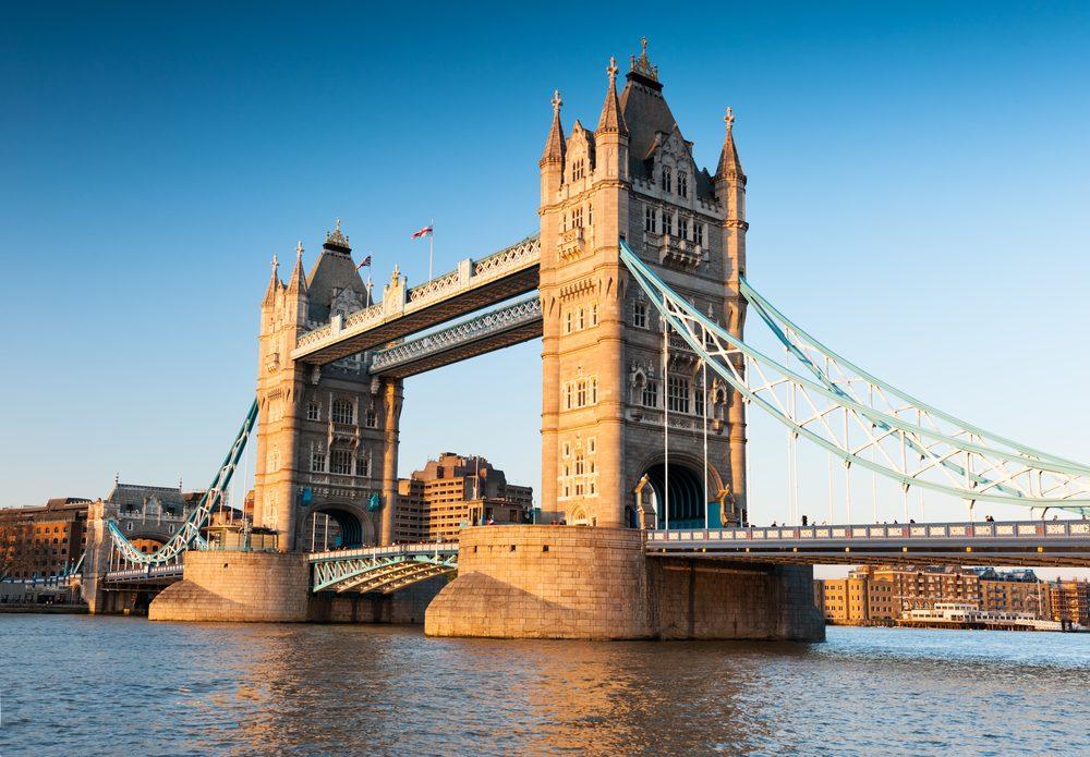 Puente de la torre o Tower Bridge sobre el río Támesis en Londres
