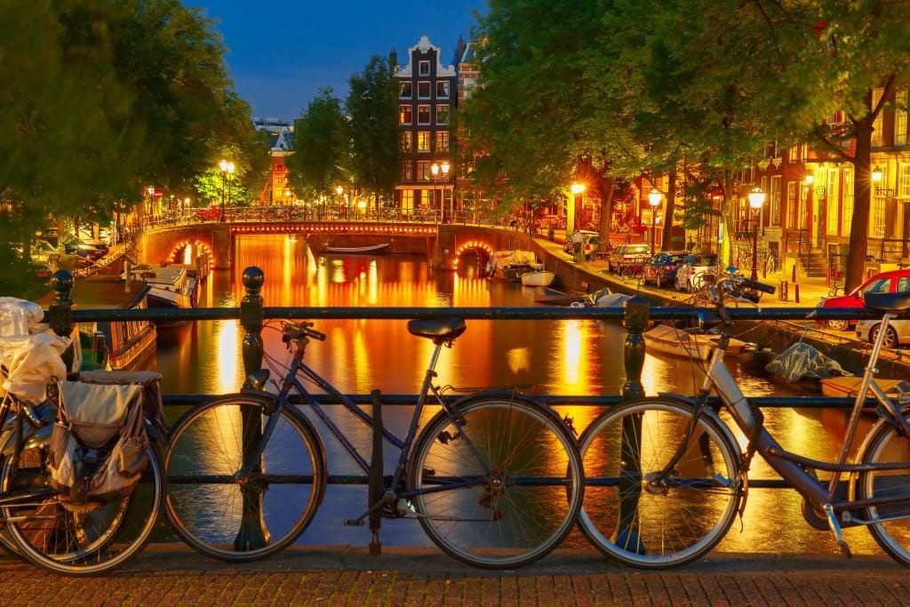 canal con bicicletas en Holanda