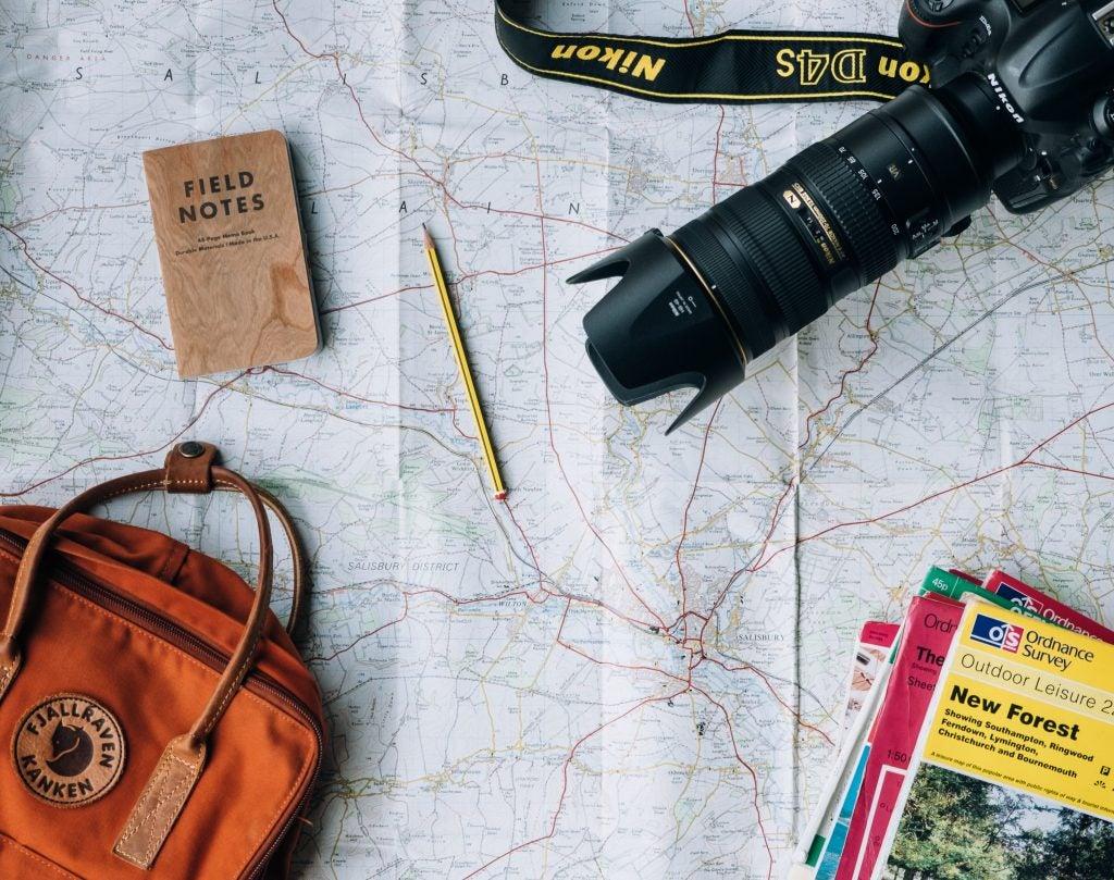 Mapa, cámara, guía todo para un planear un viaje