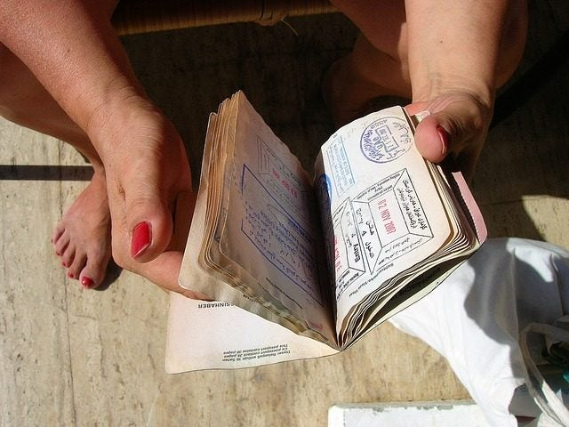 Hojas de pasaporte con sellos de entrada y salida