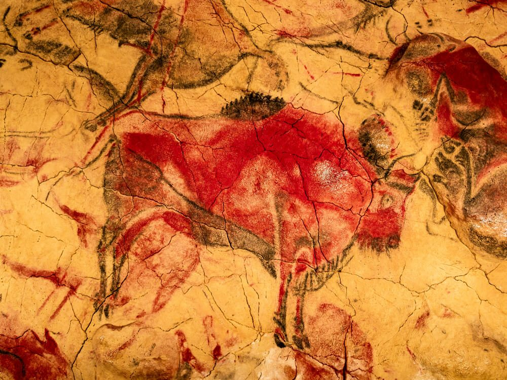Pintura prehistórica de bisonte en el techo de la Cueva de Altamira en Santillana del Mar, Cantabria