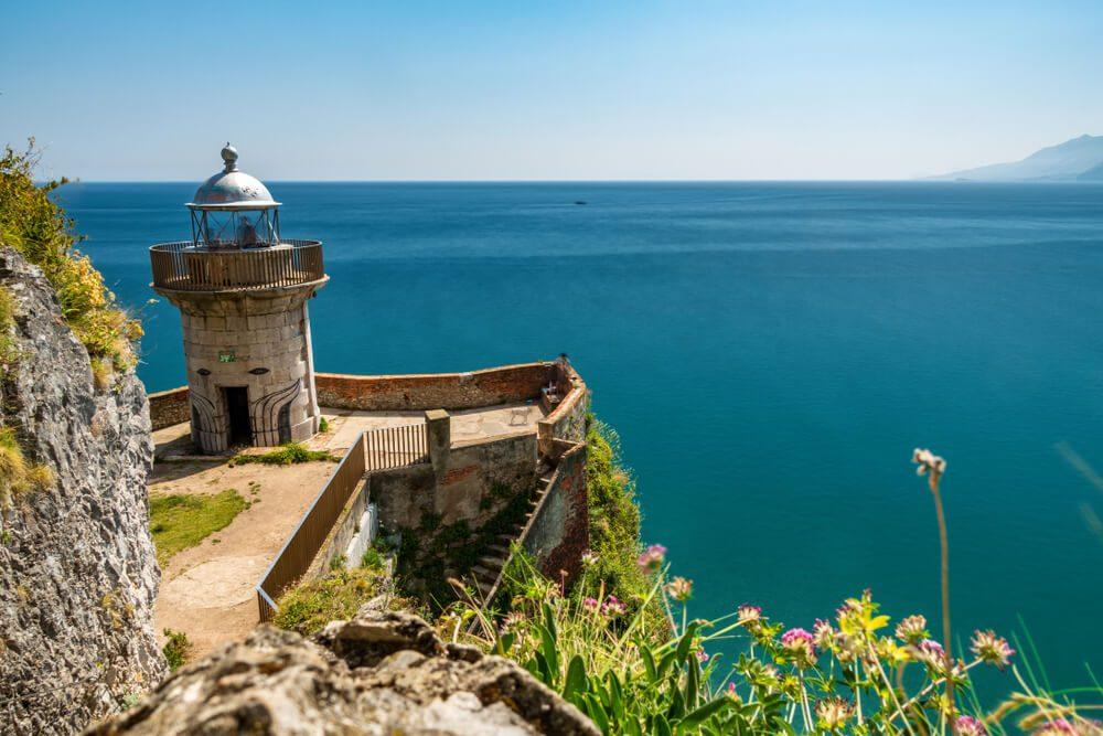 Faro del Caballo con mirador al mar en el Monte Buciero, en Santoña, Cantabria