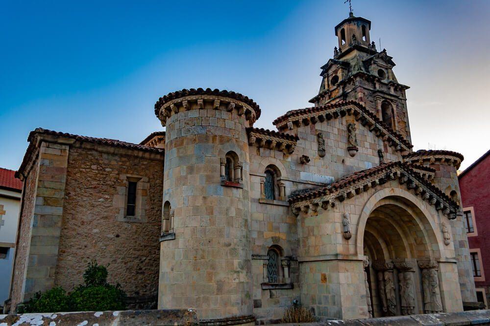 Iglesia de San Miguel en Puente Viesgo, ciudad termal de Cantabria