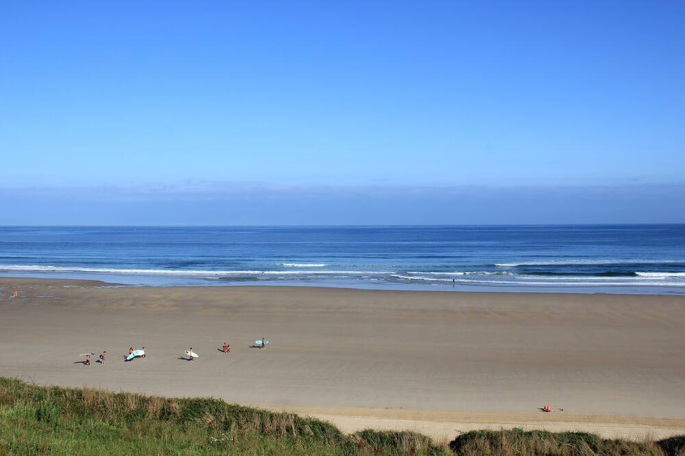 Playa de Merón con extenso arenal en San Vicente de la Barquera, Cantabria