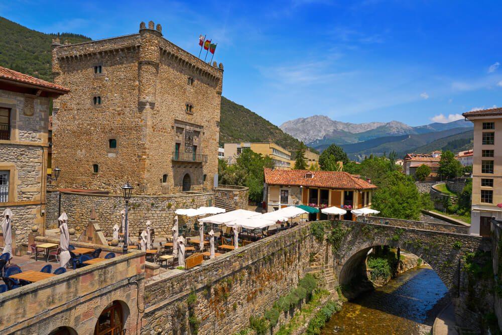 Torre del Infantado y puente sobre el río Quiviesa en Potes, Cantabria