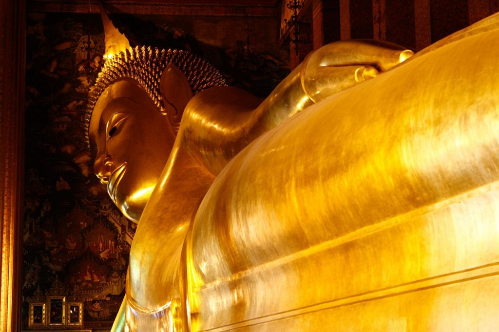 Buda tumbado de oro en Bangkok, Tailandia