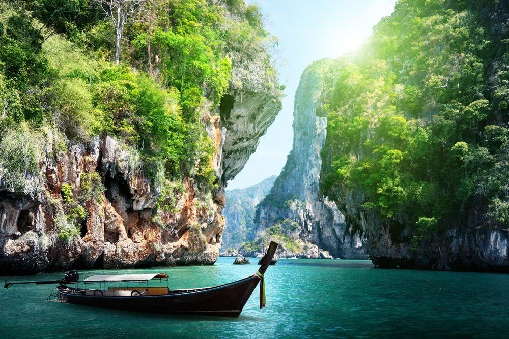 Playas selvaticas con barco típico en la isla de Krabi, Tailandia