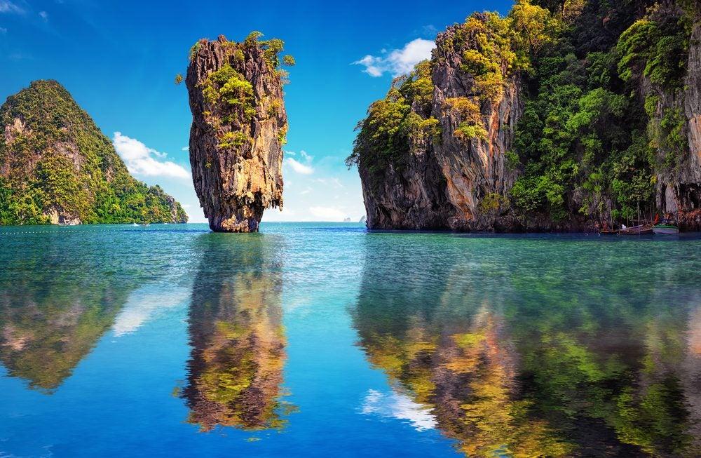 Islas de roca y vegetación en Phuket, Tailandia