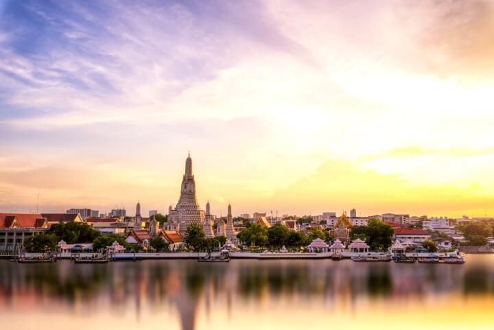 Skyline de Bangkok con el famoso templo budista Wat Arun
