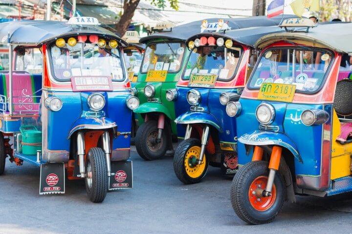 Cuatro Tuk Tuk de colores, los coches típicos de Tailandia