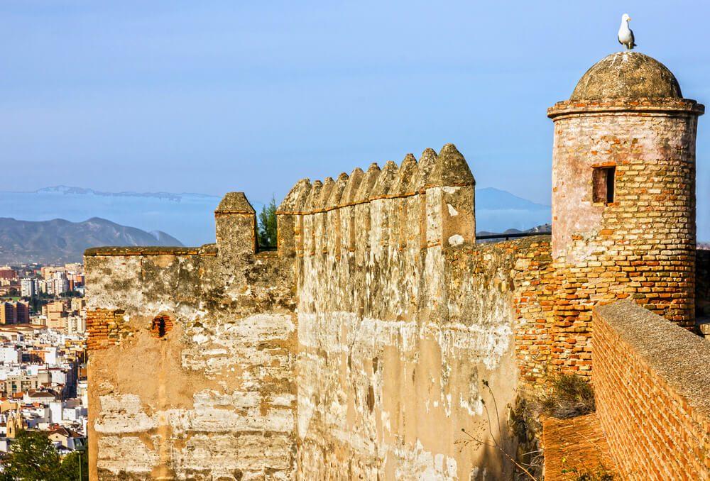 Torreón y murallas del Castillo de Gibralfaro en la cima de la Alcazaba de Málaga.