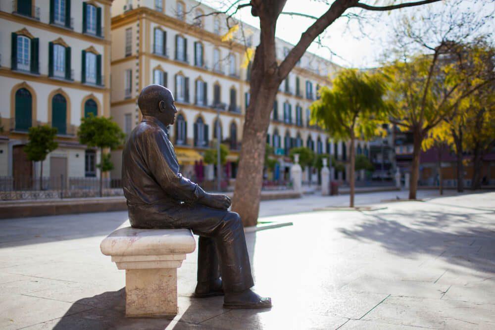 Estatua del pintor cubista Pablo Picasso en una plaza de Málaga, su ciudad natal