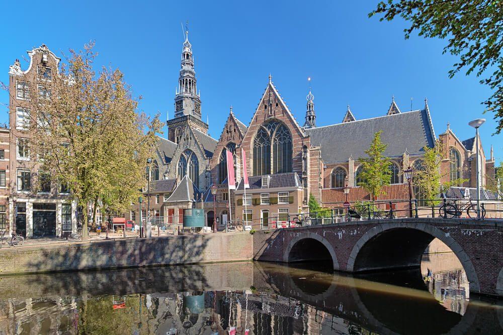 Iglesia Vieja de Ámsterdam vista desde uno de los canales de la capital holandesa