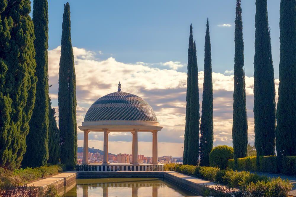 Glorieta y estanque en los Jardines de la Concepción de Málaga