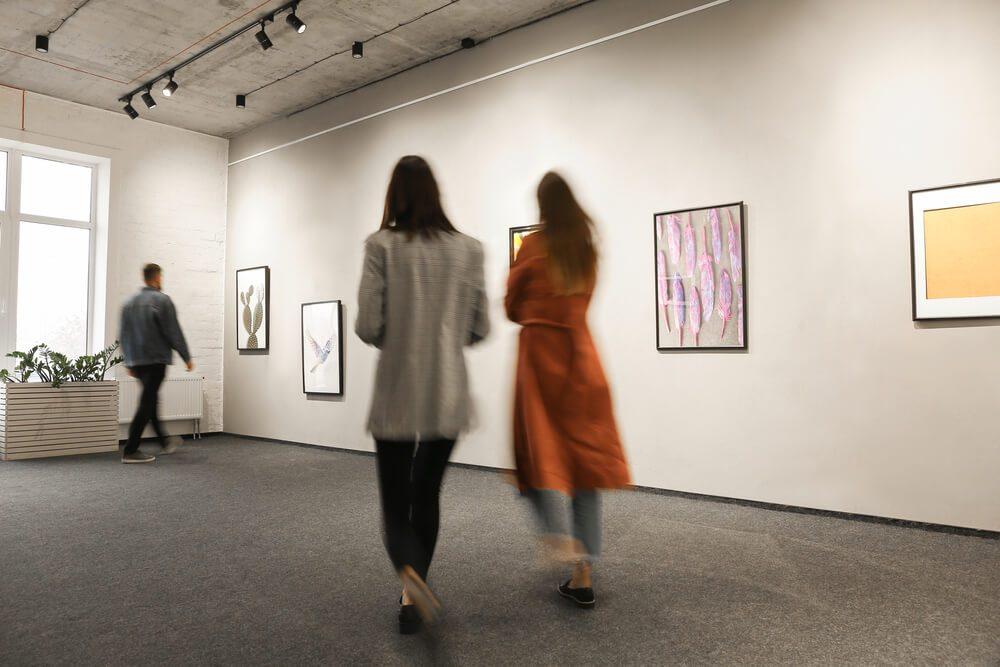 Visitantes contemplan cuadros expuestos en el Museo Carmen Thyssen de Málaga
