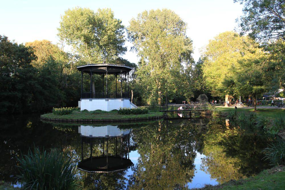 Glorieta en estanque en el Vondenpark, el parque urbano más grande de Ámsterdam