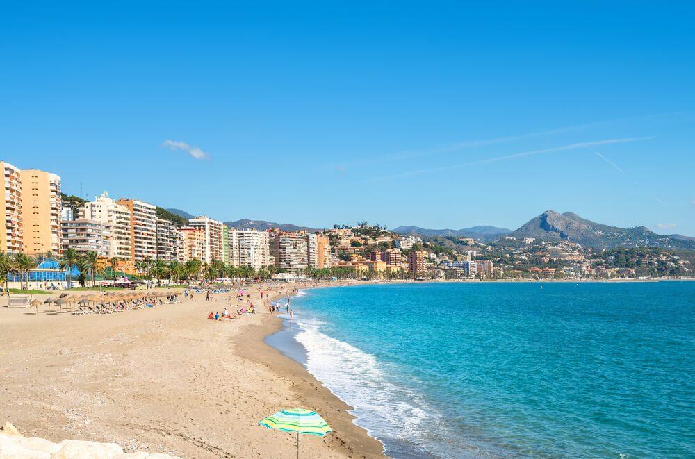 Costa de la Playa de la malagueta con bañistas y primera línea de edificios