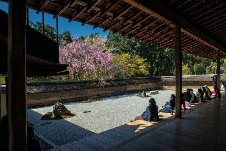 Gente contemplando el Jardín Zen Ryoanji