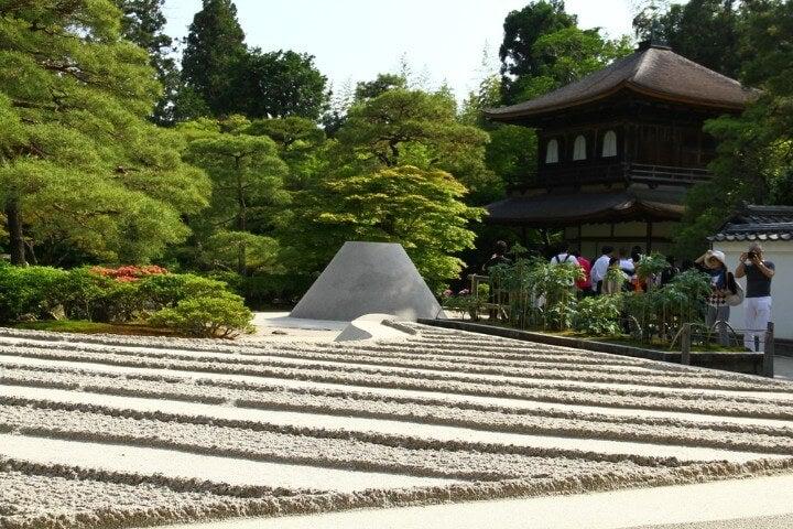 Ginkaku-ji o Pabellón de plata con jardín zen de arena