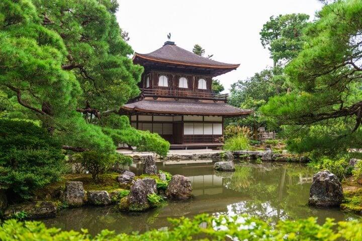 Ginkaku-ji o Pabellón de plata en el lago