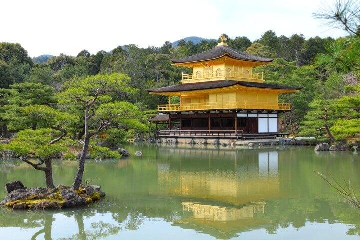 Kinkaku-ji o Pabellón de oro en medio del lago
