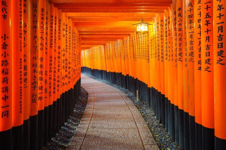 Camino de arcos torii naranjas en el santuario de Fushimi Inari cerca de Kioto