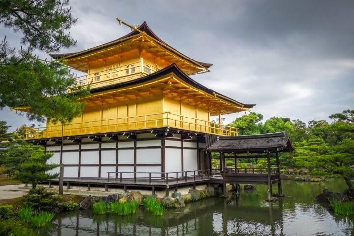 Vista trasera del templo Kinkaku-ji o Pabellón de oro