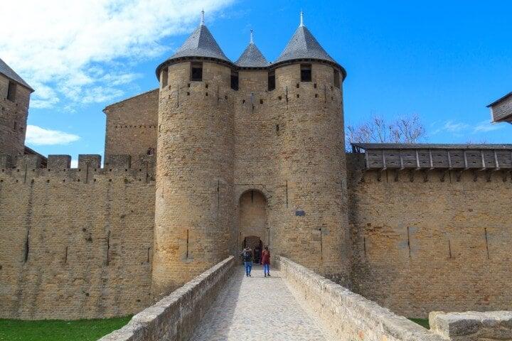 Puerta de la muralla de Carcasona al interior del castillo