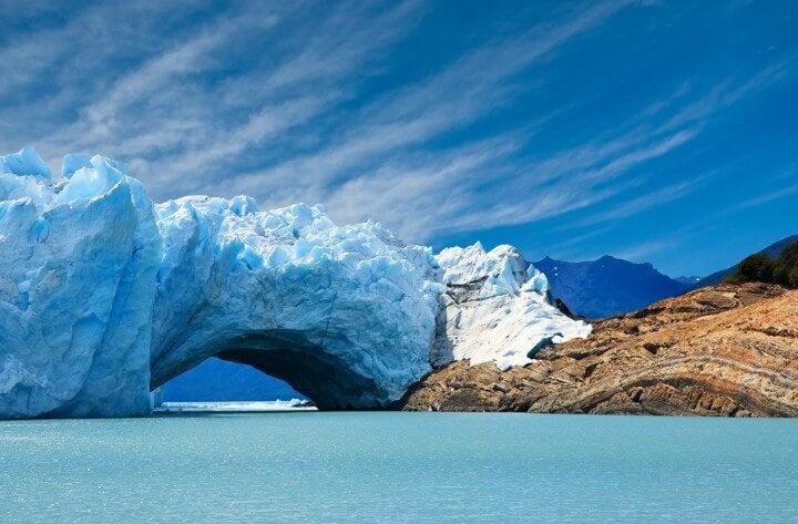 Bóveda formada por las filtraciones del lago Argentino en el Perito Moreno