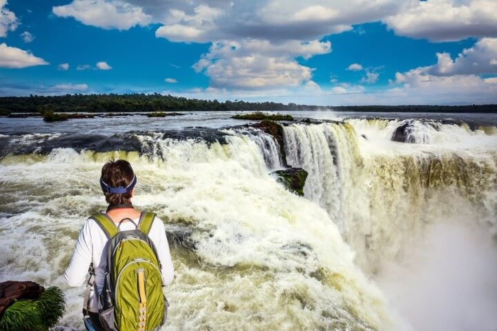 Turista observa la caída de las cataratas en la Garganta del Diablo