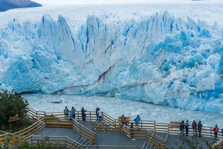 Frente del glaciar Perito Moreno con pasarelas para turismo