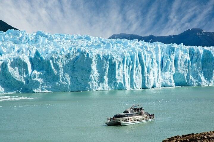 Barco realizando visita del frontal del glaciar Perito Moreno