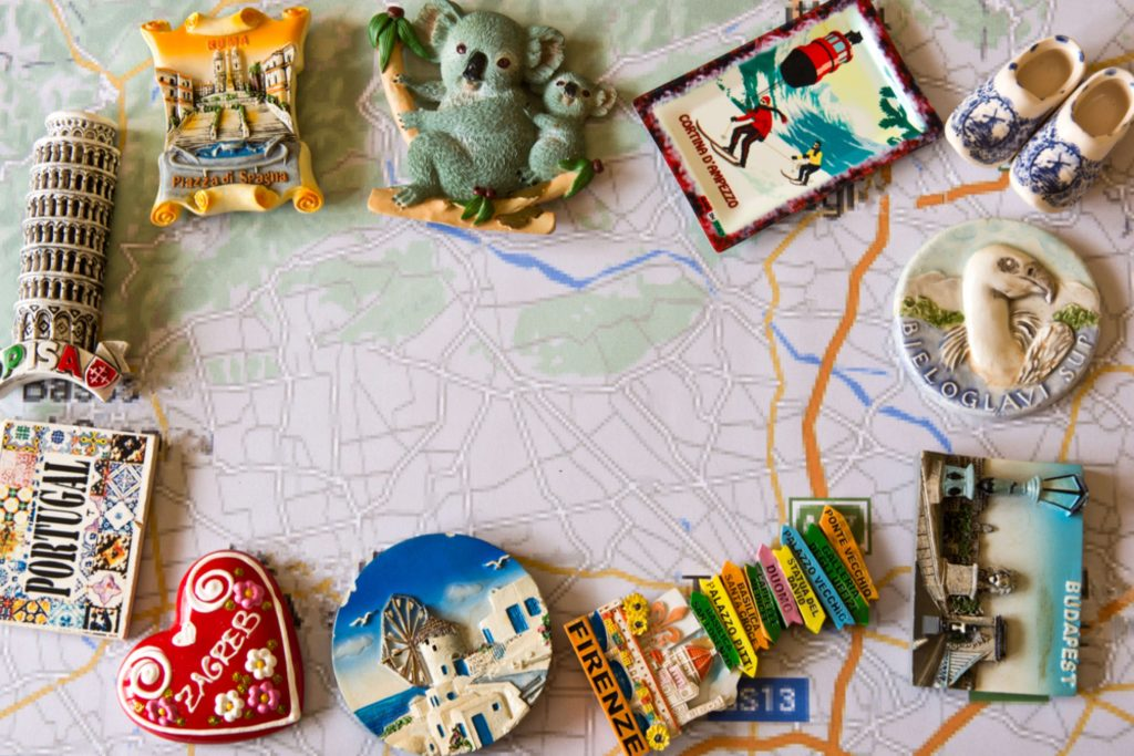 Imanes de diferentes países sobre un mapa, entre ellos de Italia, Australia, Holanda, etc.