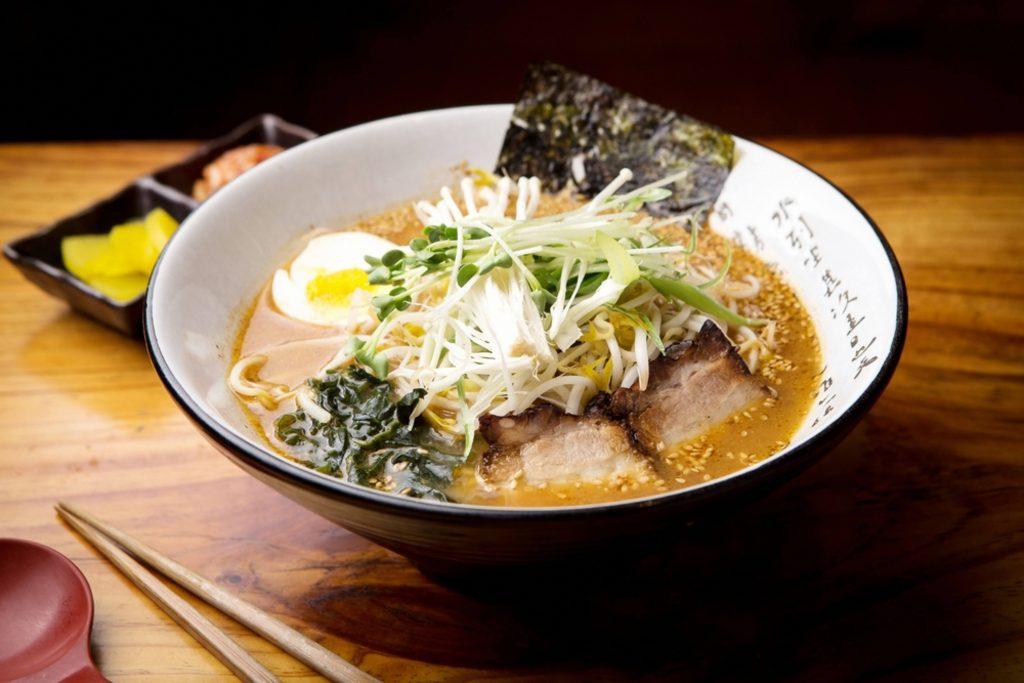Un plato de sopa ramen con pescado, alga, huevo y los clásicos noddles