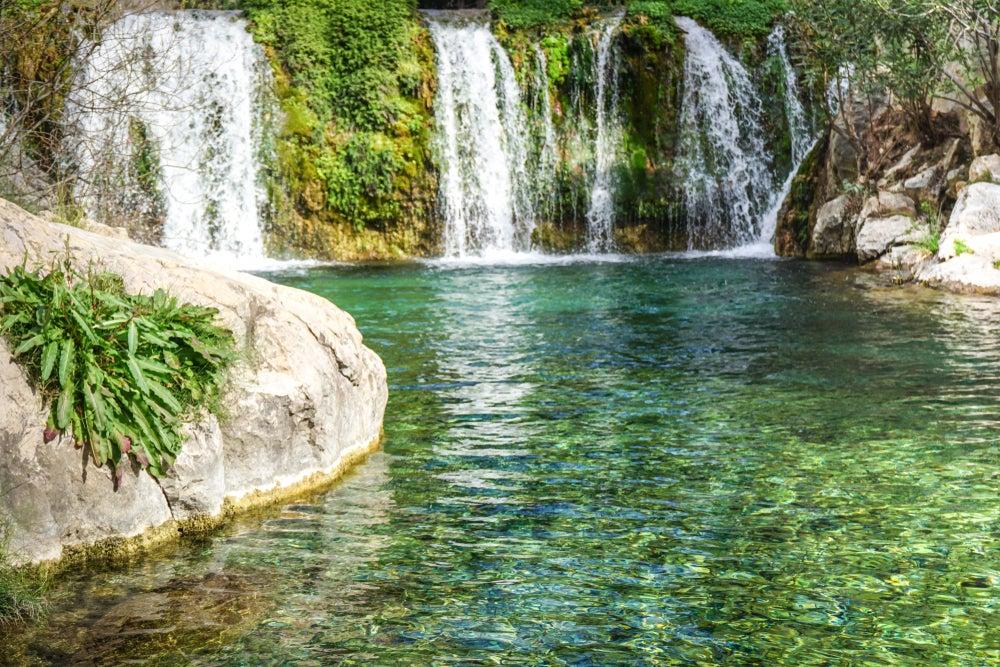 Cascadas naturales en las Fonts de l'Algar, municipio de Callosa d'en Sarrià, cerca de Benidorm.