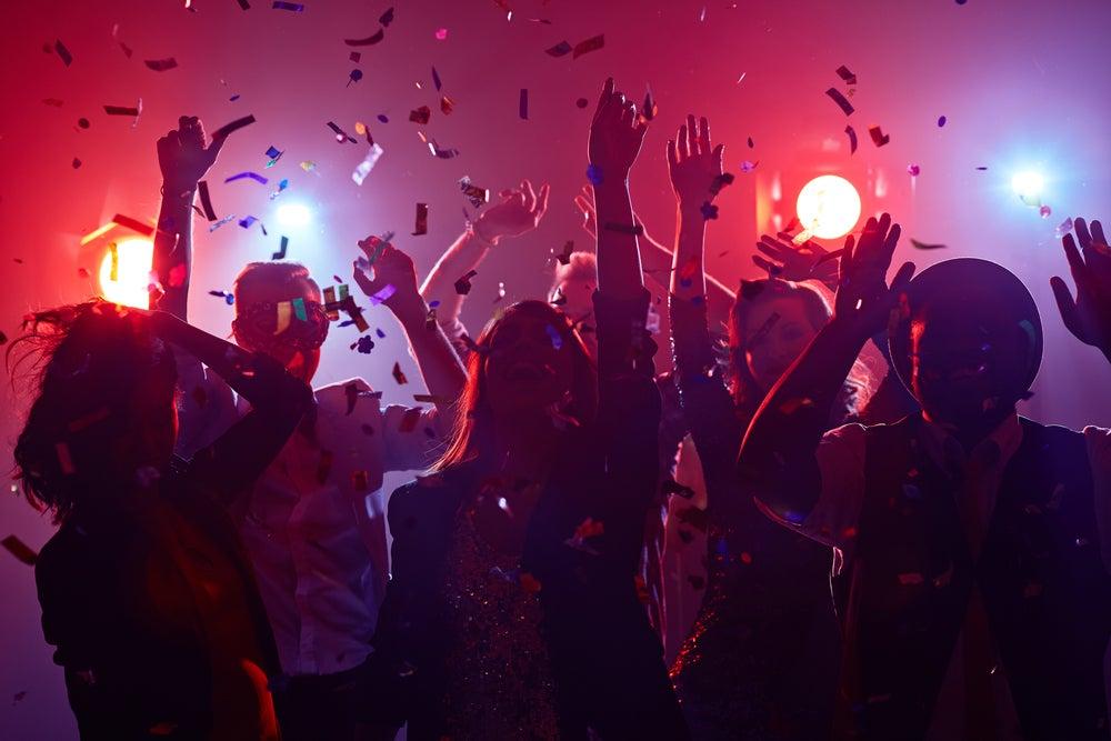 Grupo de gente de fiesta en una discoteca de las muchas que ofrece Benidorm.