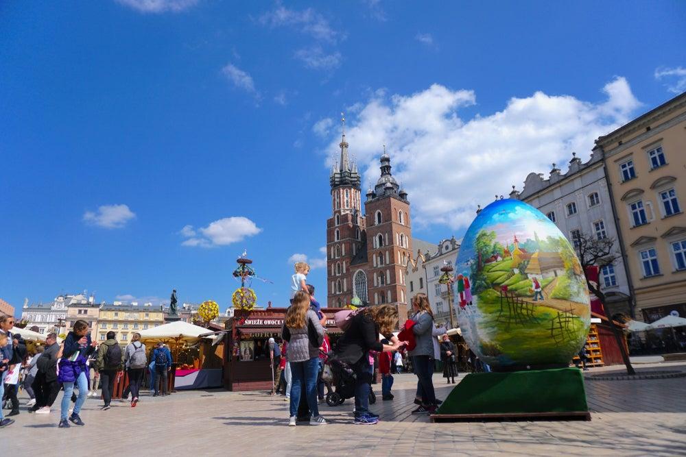 Gran Plaza del Mercado de Cracovia, Polonia, durante la celebración de la Pascua. Se puede ver el famoso mercado de Pascua y un huevo gigante a modo de decoración.