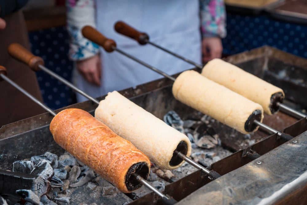 Pasteles chimenea cocinándose sobre brasas de carbón en el Mercado de Pascua de Cracovia, Polonia.