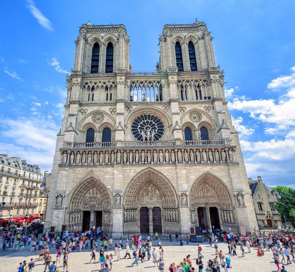 Fachada de la Catedral de Notre Dame con sus 2 torres y rosetón
