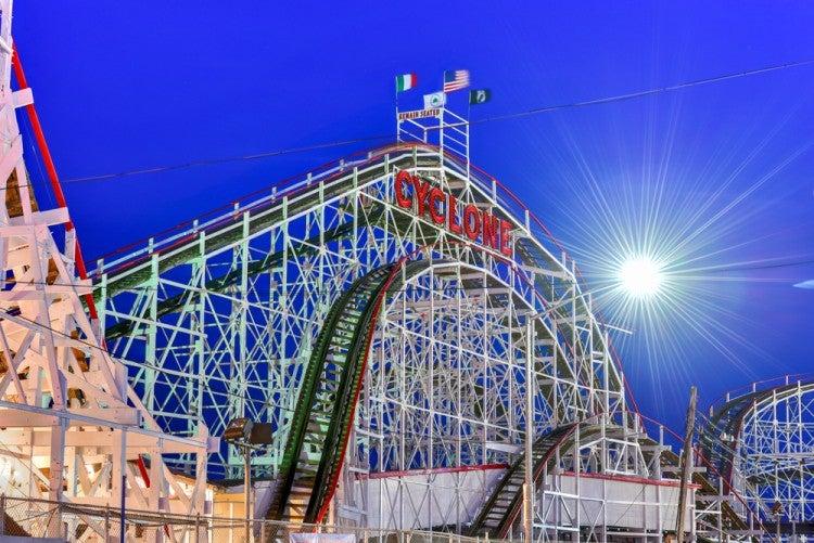 Montaña rusa Cyclone en Luna Park en Coney Island, Nueva York